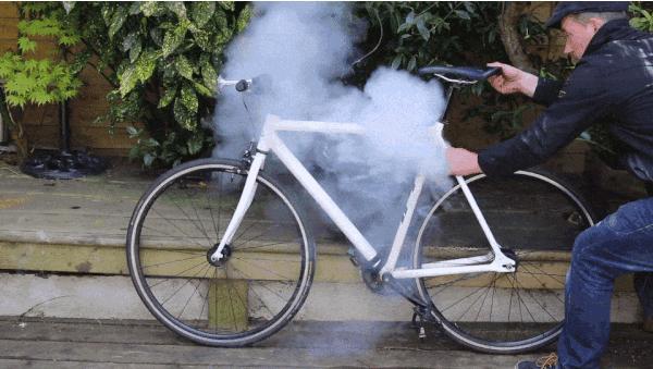 盗まれそうになると煙をあげて爆発!? 150デシベルの大音量で自転車泥棒を威嚇する盗難防止グッズが登場