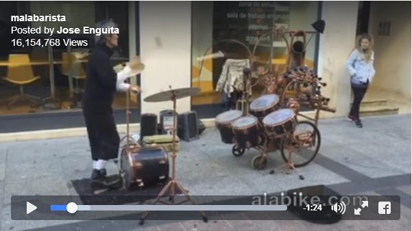 【スッゲエ!!】スティックをドラムに「放り投げて」演奏する男性! はたしてその腕前は!?