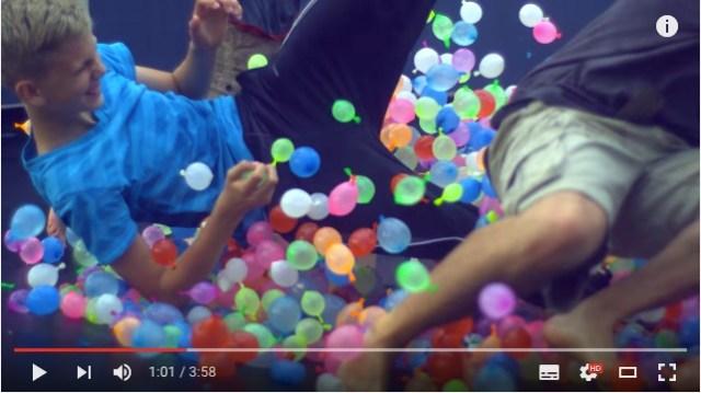 1,500個の水風船と一緒にジャンプ! トランポリンで遊ぶ子供たちをとらえたスローモーション映像が気持ちいい♪