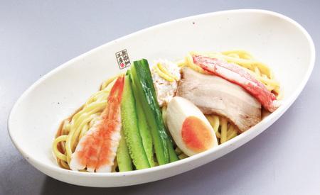 【なんと】くら寿司に「冷やし中華」が登場っ! 魚介だし&モチモチ極太麺で化学調味料無しという本気っぷりなのに400円以下だと?