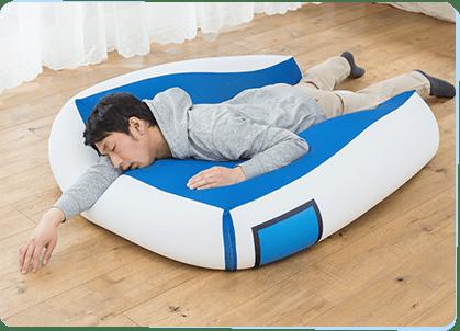 こいつはやばい!! キングジムから人をダメにする「超巨大! 寝具ファイル」が爆誕!