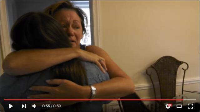 娘の妊娠を知ったママが歓喜の雄たけびをあげて大騒ぎ! クスッと笑えてちょっぴり泣ける動画を見つけたよ