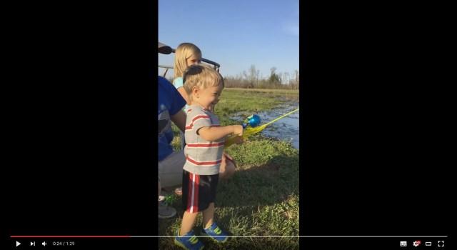 おもちゃの釣り竿でホントに魚が釣れちゃったー! パパもママもお姉ちゃんも、もちろんボクも大興奮!!