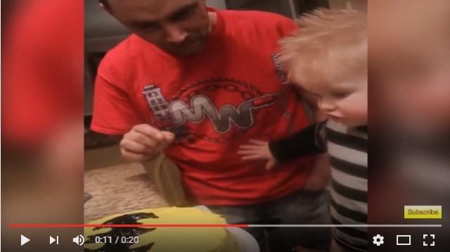 くぅぅ~っ、かわいすぎる!! お誕生日のバットマンケーキにパパがさわるのを断固拒否する男の子の動画