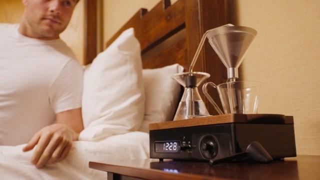 「コーヒーを淹れてくれる目覚まし時計」がついに完成&入手可能に! 紅茶で応用することもできるらしい♪