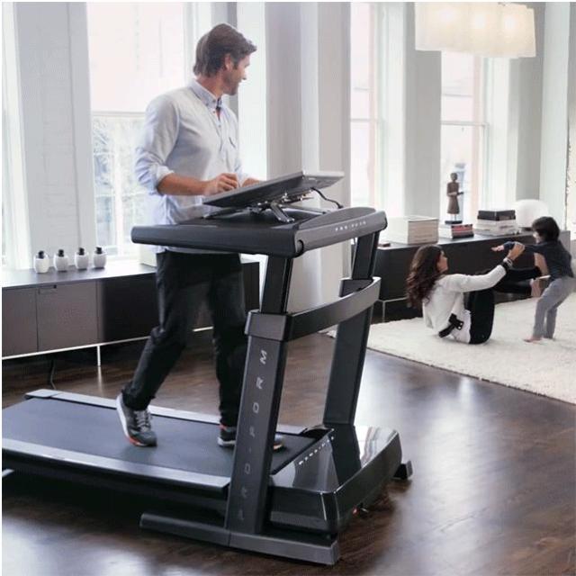 【素敵…なのか?】気分転換のウォーキングをオフィス内で!? 歩いたり走ったりしながら仕事ができるデスクを見つけたよ!