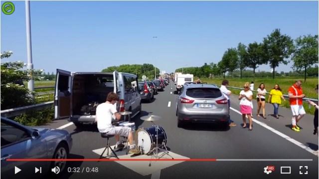 【動画】深刻な渋滞中にドラマーがゲリラパフォーマンスを決行! でもこれ、どう見ても危ないような……!?