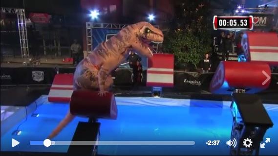 【動画あり】アメリカ版「SASUKE」に登場したティラノサウルスの動きが俊敏すぎる! 難関を次々クリアしていくよ