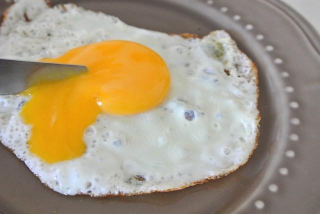 【超簡単】コウケンテツさんの伝授する「最高の目玉焼きの作り方」を試してみた / 白身と黄身を別々に焼くのだ!