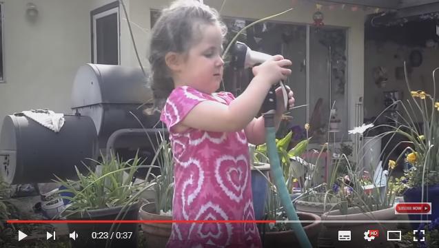 「なんなのこれ……」幼い少女がシャワーと熱烈キス!? ものすごい水圧攻撃をくらって呆然とするキュートな動画