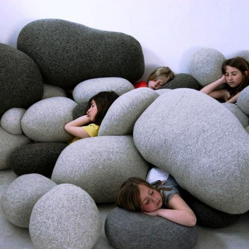 岩石そっくりなクッション枕「Pebble Pillows」がオシャレで心地よさそう! お部屋に飾れば癒しのスペースのできあがり♪