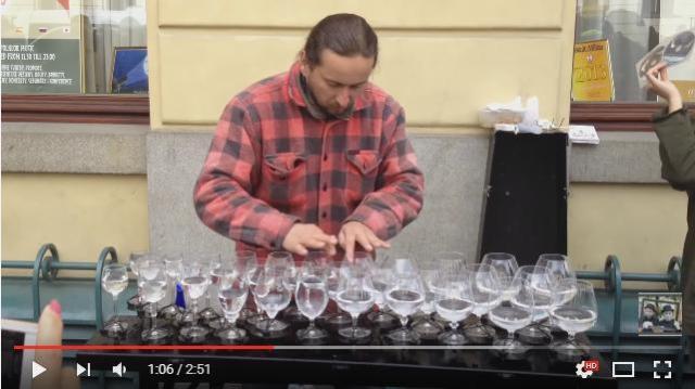 涼しげな美しい音色に夢心地…水を入れたグラス「グラス・ハープ」を演奏するスゴ腕ストリートミュージシャンの動画