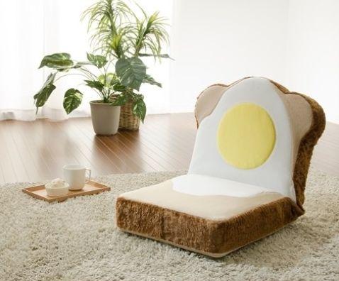 うわあああ食パンだ! ヴィレヴァンの「パン座椅子」がすごく食パン! ふかふかの食パンに寝そべる夢が叶っちゃいます♪