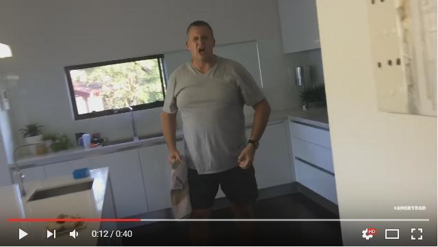 【ジワる】やめろおおおおお!! しつこく生卵を投げる息子vs怒りながらもしっかりキャッチするパパの動画