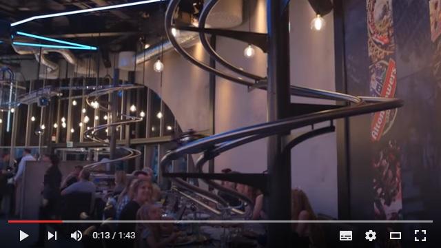ジェットコースターが爆速で料理を運んでくる!! イギリスのリゾート施設にあるレストランにワクワクが止まらないっ!