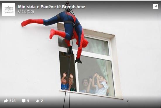 【スケールがでかい】病院の子どものところにアメコミヒーローが窓から登場! でもコスプレしているのはいったい誰?