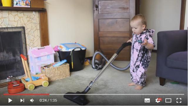 赤ちゃんが掃除機かけてる!? 新米パパ必見のハウツー動画「わが子に家の掃除をしてもらう方法」
