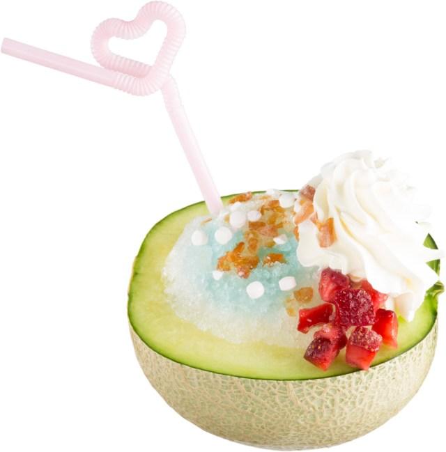 半玉メロンにソーダかき氷とバニラアイスがドーン! スシローが期間限定で発売している『まるごと食べるメロンソーダ』がド迫力!