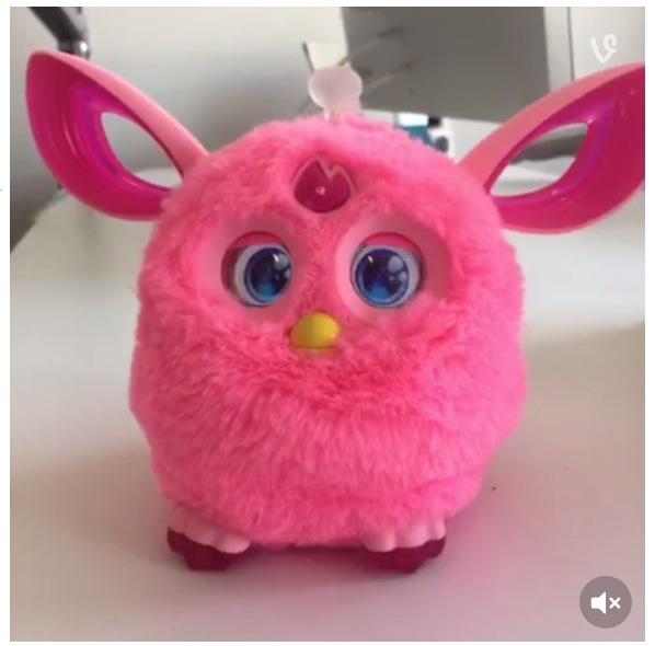 ちょっぴり不気味なモフモフの人形「ファービー」が帰ってくる! 可愛さアップ&アイマスクをつけるとピタッとおとなしくなるんだって