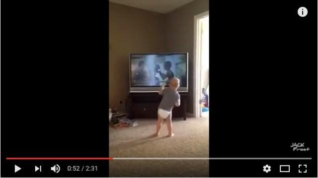 「筋トレやるでちゅ!」映画『ロッキー』を見ながらトレーニングに励む赤ちゃんが可愛すぎるよ