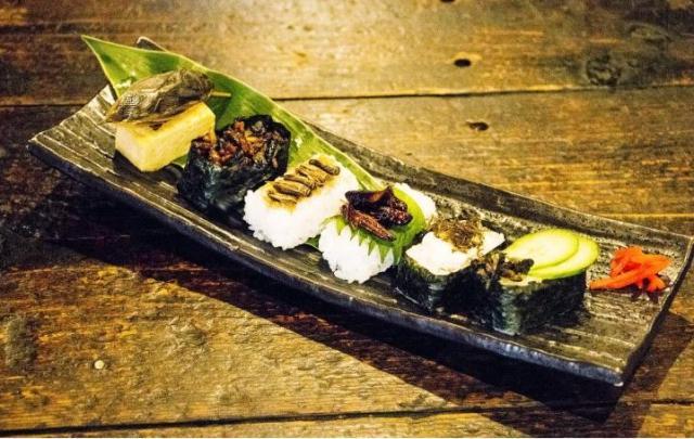 「虫寿司」「セミの串揚げ」「蚕の照り焼き」!? メニュー名だけで卒倒しそうな『昆虫食』が高田馬場で体験できるゾ♪
