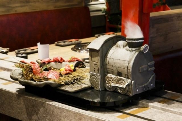 かわいい汽車に乗ってお肉が走ってくる! 新感覚エンタメ焼肉店「流れ焼肉 Wonder」が大人もテンション上がりそう!!