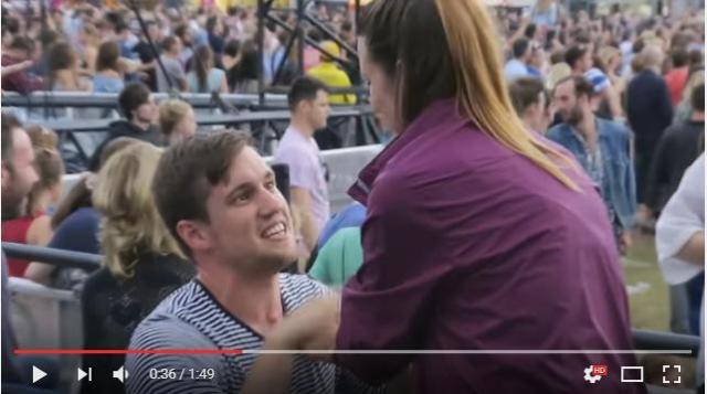 観客たちがステージそっちのけで祝福! 音楽フェスの最中に恋人にプロポーズした男性
