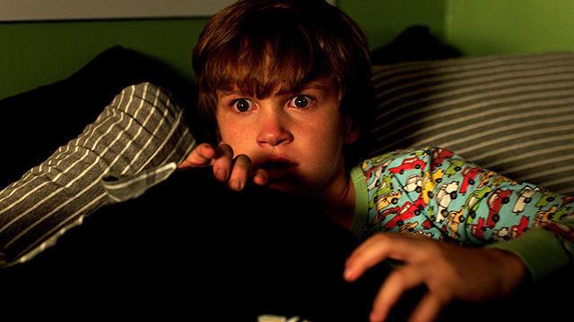 もう電気が消せない…1億5000万回再生された動画を元にしたホラー映画『ライト/オフ』がリアルすぎ! 暗闇恐怖症になりそう【最新シネマ批評】
