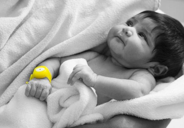 赤ちゃんを低体温症から守りたい! 体温が下がったら光と音で知らせてくれるブレスレット「Bempu」