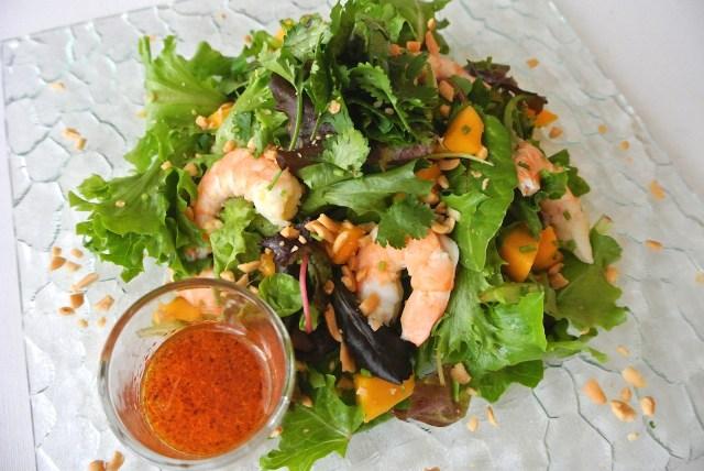 【8月9日はパクチーの日】今日はパクチーたっぷりの「ピリ辛トロピカルサラダ」を作ってみよう