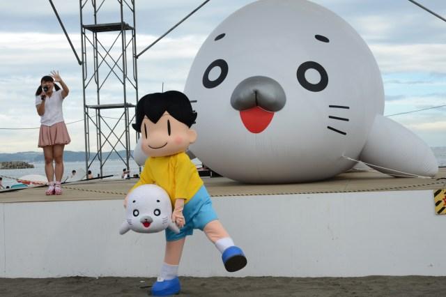 ヤダすごくおっきい! 江ノ島の片瀬東浜海岸にチョー巨大なゴマちゃんがいるゾ / 「少年アシベ」ならぬ「湘南アシベ」だよ♪