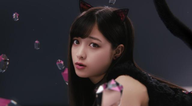 """【やっぱり天使】橋本環奈さんが """"黒猫カンナ"""" に変身したよ! 可愛すぎる招き猫ポーズにノックアウト寸前です"""