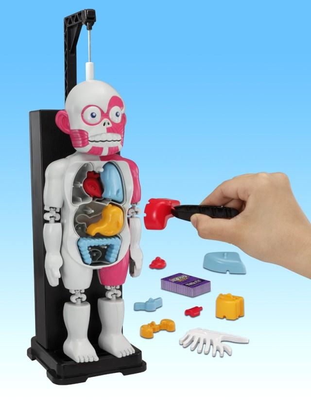 人間の臓器が飛び散るよ♪ 人体模型に内蔵や骨をそ~っと戻すゲームが楽しそう / 上手く入れられないと暴れ出すんだって!