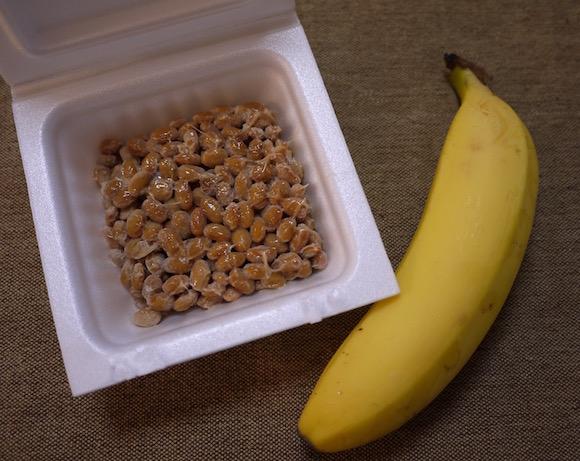 バナナに納豆って…ありなの? ネットで見かけた「バナナ+納豆」レシピに体当たりで臨んでみたよ【8月7日はバナナの日】