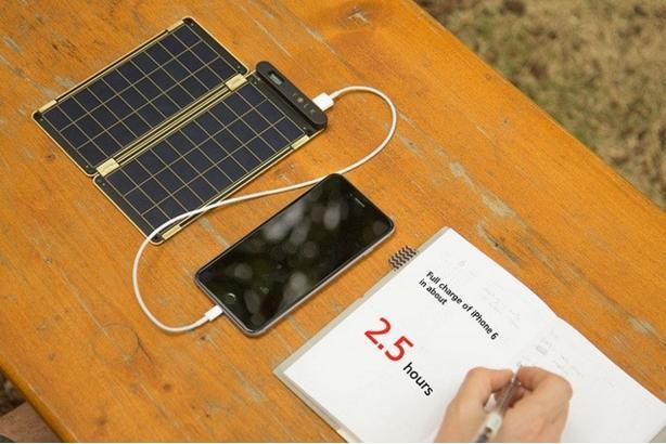 小さく薄くかさばらないよ! 太陽光でスマホを充電できる「ソーラーペーパー」が気になります