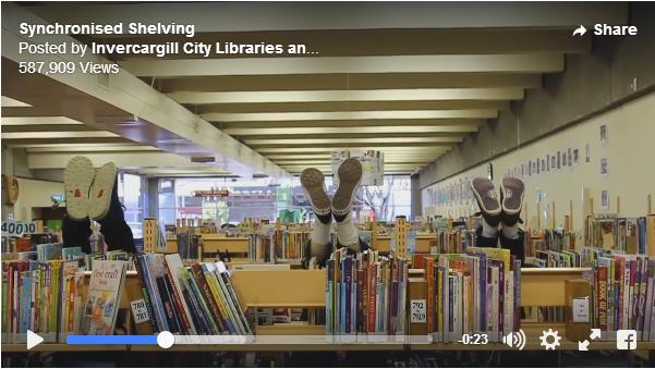 図書館でシンクロナイズドスイミング!? 本棚の間で華麗な技を披露する男性たちの動画にホッコリ和みます