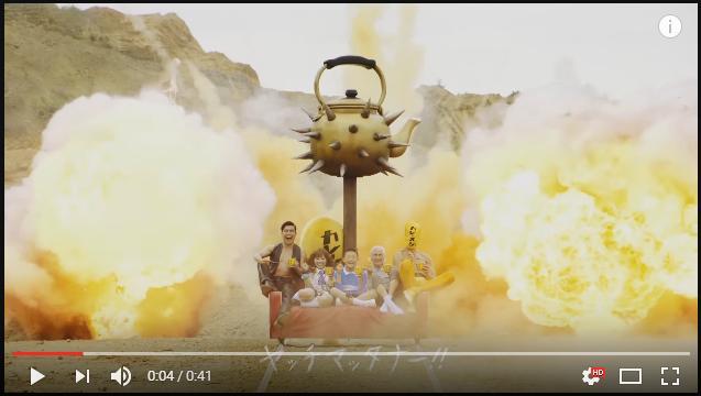 日清カレーメシの新CMが『マッドマックス』状態!! 荒野を走るソファ、ド派手な爆破、鳴りやまないドラム…カオスが加速してます