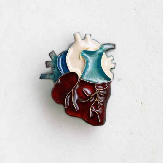 伝統工芸の七宝焼きで作った「心臓ブローチ」がキレイでドキドキ☆ ハロウィンの小物にもいいかもね!