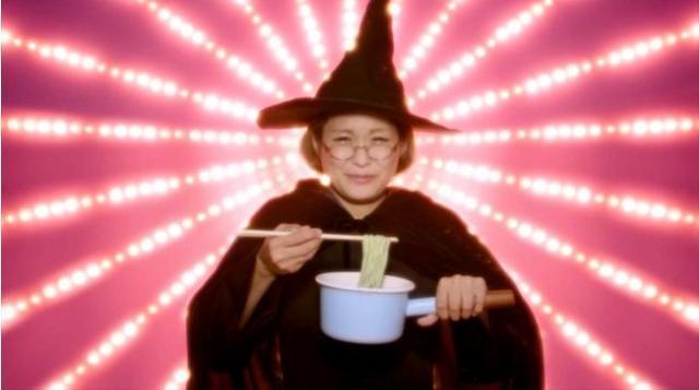 「ねるねるねーるね♪」でおなじみの魔女が「日清ラ王」のCMに登場してる!? マジカルレシピも公開中ですっ