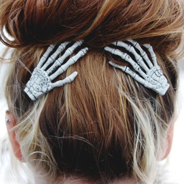 ガイコツ、なのにオシャレ! ホネホネの手が優しく髪をまとめてくれる「スケルトンヘアクリップ」が可愛いゾ♪