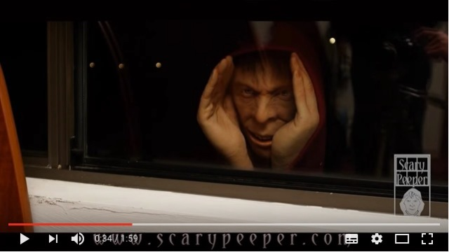 【怖すぎ】窓から誰かがのぞいてる!? 超悪趣味なドッキリを仕掛けることができるお人形を発見したよ