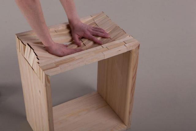 普通の「木のスツール」かと思いきやクッションみたいな座り心地!?  弾力性のある摩訶不思議な木製家具