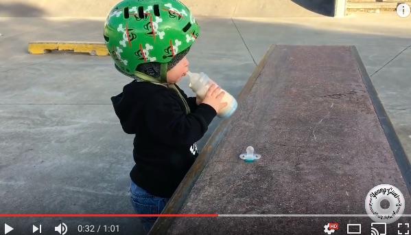 哺乳瓶のミルクで水分補給♪ 生後22カ月の赤ちゃんが懸命にスケボーをする姿にキュン★