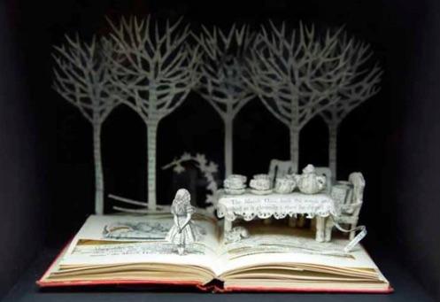 古本をファンタジックなペーパー彫刻に変えるアーティストがすごい 「不思議の国のアリス」など物語の世界観をそのまま再現
