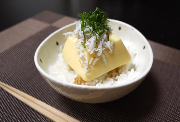 1分で完成する「たまご豆腐丼」とろりん食感がおなかにやさしい / ドラマ『深夜食堂』のレシピを再現してみたよ〜っ