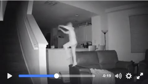 【カメラは見た】深夜にリビングでやりたい放題! 超アグレッシブな6歳児をとらえた防犯カメラ映像に世界がびっくり