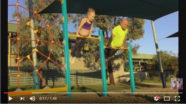 娘の見事な体操技を必死でマネするパパ! 何度も失敗を繰り返しつつマスターしてゆく姿にジーン