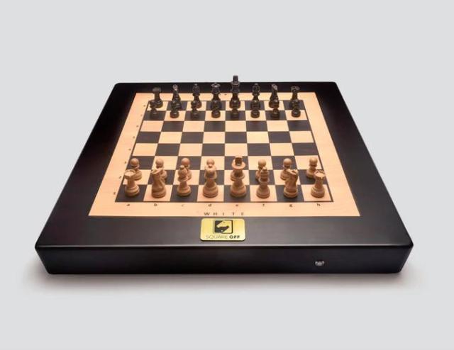 『ハリー・ポッター』みたいに駒が勝手に動きだす…眺めているだけでワクワクしちゃう未来感あふれるチェスセット