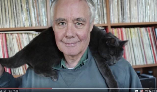【猫飼いライフハック】猫を肩に乗せたままセーターを着る方法が和む / 猫と同じくらいおじさんがかわいい