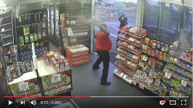 強盗を追い払った男性店員が武器に選んだのは「飴ちゃん」! 思いっきり投げつけることで難を逃れたようです